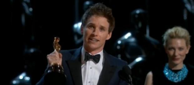 "Eddie Redmayne leva Oscar por ""A Teoria de Tudo"""