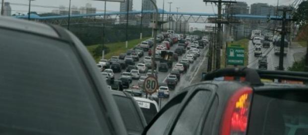 Protestos de caminhoneiros causam trânsito lento