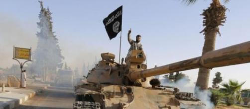 Un combattant de l'Etat Islamique sur un Char.