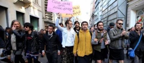 Uomini in minigonna per dire 'no' alla violenza