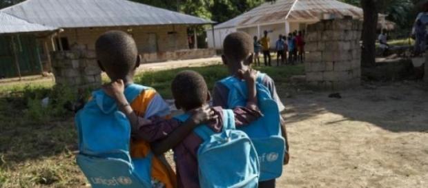 Estudiantes de Guinea vuelven a clase tras un año
