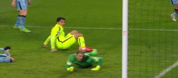 Luis Suáres marca o segundo gol para o Barcelona