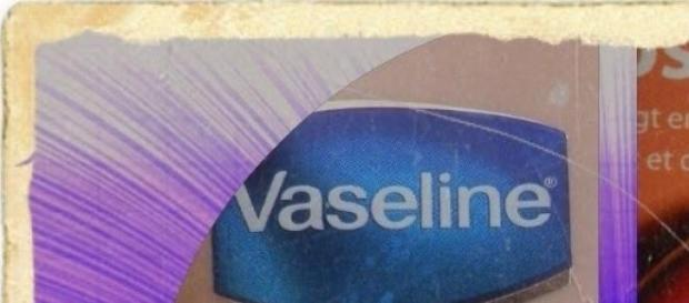 Vaselina indeparteaza guma de mestecat.