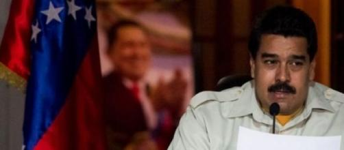 Nicolás Maduro con el retrato de Chávez al fondo