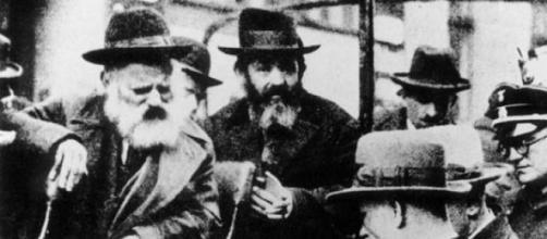Un anciano judío separado por los opresores nazis