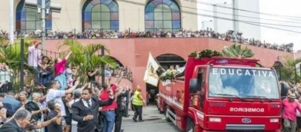 Corpo foi transportado por caminhão dos bombeiros
