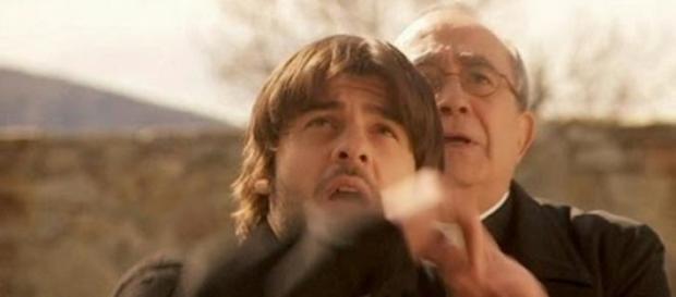 Fernando tenta di uccidere Gonzalo con una croce