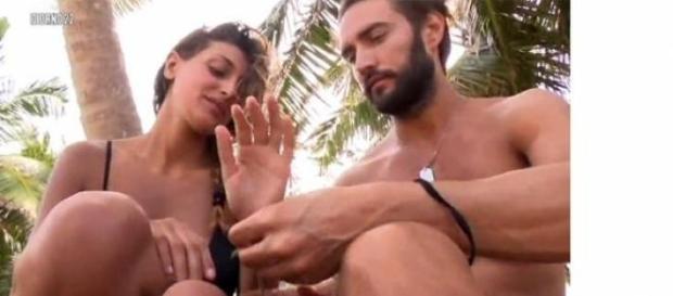 Flirt all'Isola dei famosi tra Belli e la Buccino?