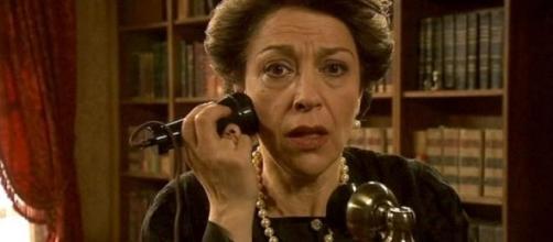 Donna Francisca riceve una telefonata