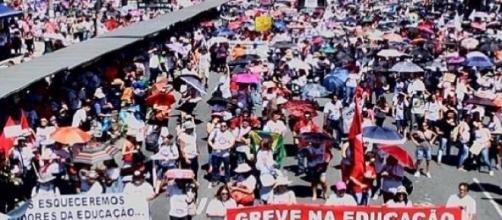 Manifestantes no centro (Foto Gazeta do Povo)