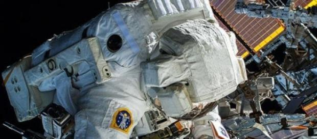 astronauta realizando tareas de mantenimiento