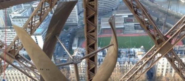 Des éoliennes sont installées sur la Tour Eiffel.