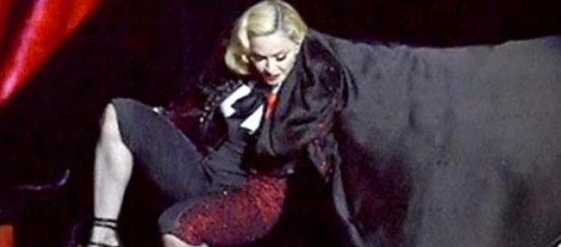 Madonna spadła ze sceny - źródło Youtube