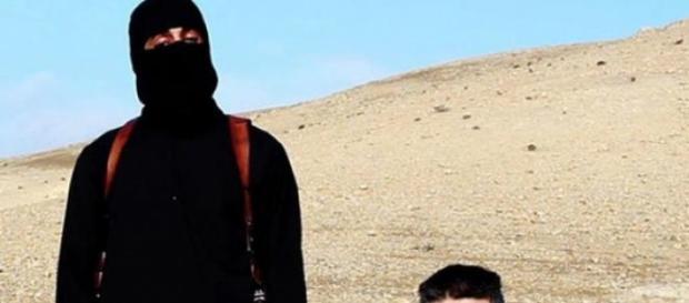 Miembro del EI ocultando su rostro en un video