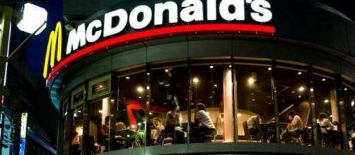 Deventure d'un McDonald's la nuit.