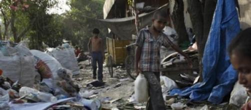 Lixo abunda nas ruas daquela metrópole