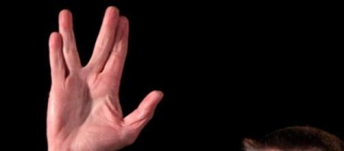Os dedos em V eram a famosa saudação dos vulcanos