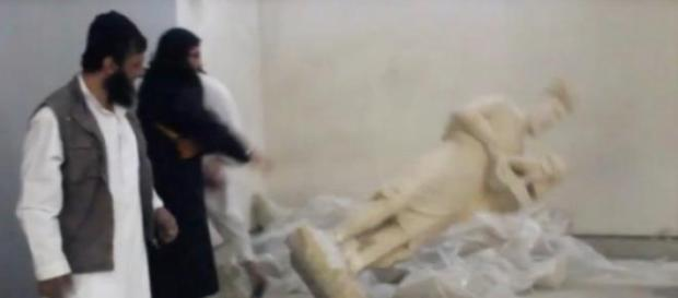 Estátuas com milhares de anos reduzidas a pó.