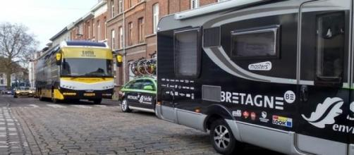 Les bus équipes arrivent à Gand. Ph (c) R. Genicot