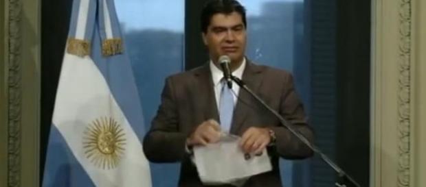 Jorge Capitanich rompiendo artículos del diario