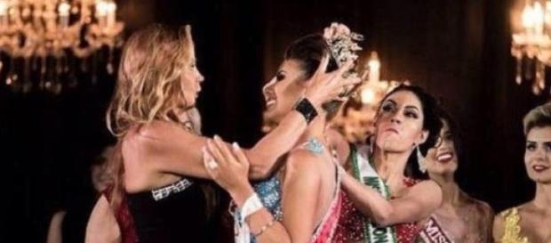 Una miss le arranca la corona a la ganadora