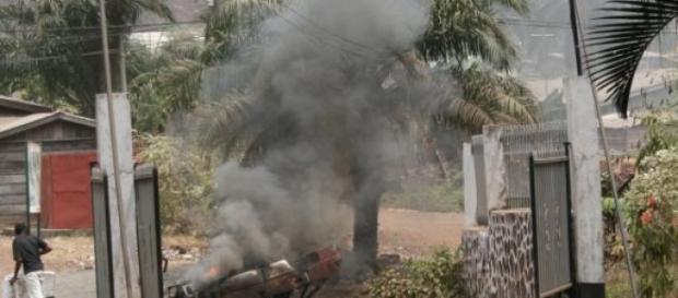 Brennendes Auto in Kamerun