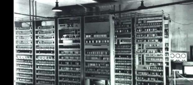 Computerul Edsac, construit la Cambridge in 1940