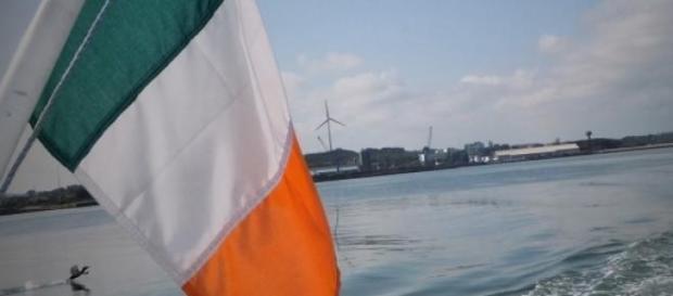 Die irische Flagge weht im Wind