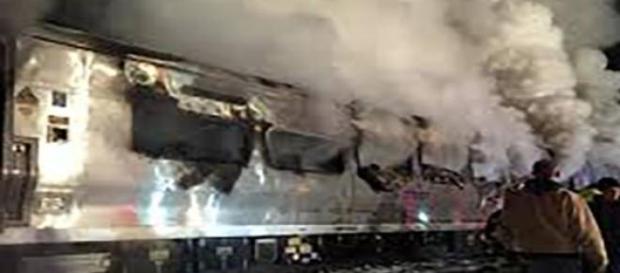 Le train, en flamme, après la collision.