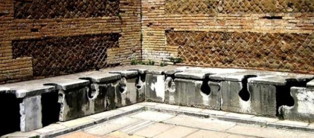 Letrina de la antigua ciudad de Ostia