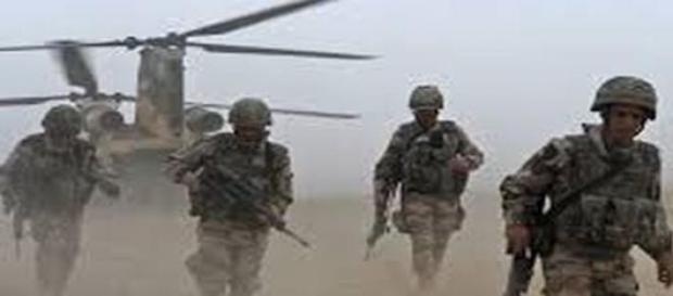 Żołnierze NATO przygotowują się do szkoleń.