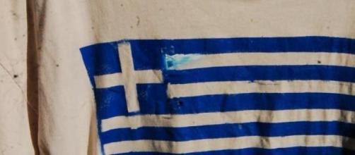 Bandeira Grega em t-shirt de manifestante