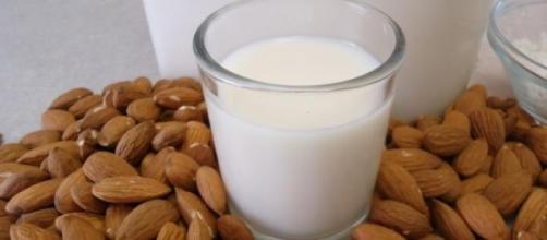 Leche de almendras aporta vitaminas y minerales