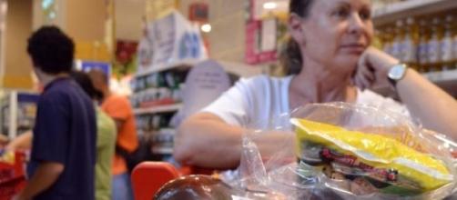 A dona de casa sofre com o aumento dos preços