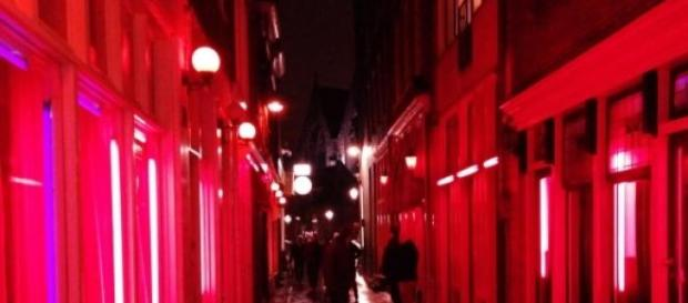 In foto, il Red Light district di Amsterdam