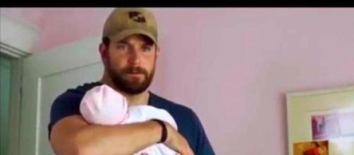 Bradley Cooper con el bebé de plástico