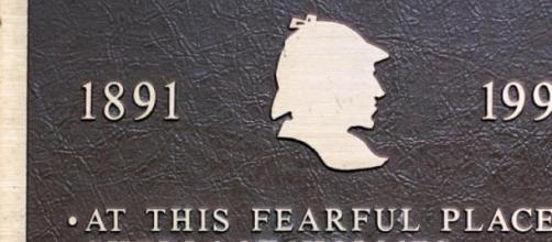 Placa comemorativa da morte de Sherlock Holmes.