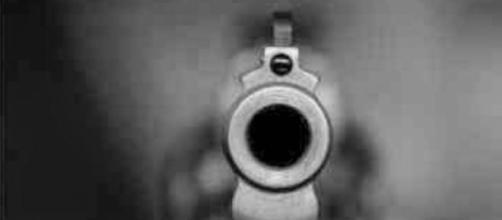 Árbitro ameaçado por adepto com uma arma falsa