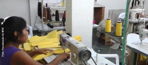 Boliviana em oficina de custura