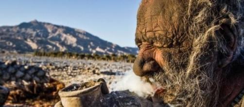 A fumar o cachimbo improvisado.