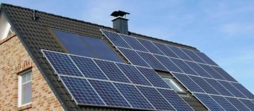 Des panneaux solaires sont installés sur les toits