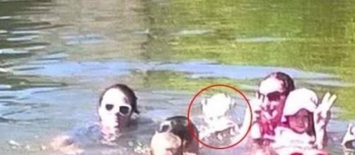 Il fantasma di una ragazza appare in foto.