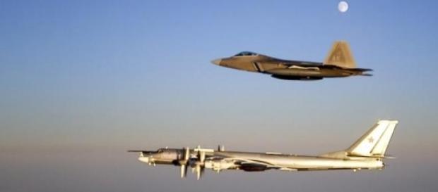 Bombardeiros russos interceptados por caças F-22.