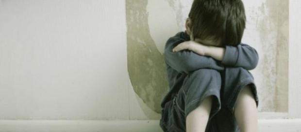 Abusava del figlio 11enne .