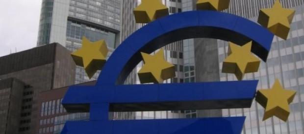 Crise do euro adensa-se, enquanto o dólar ascende.