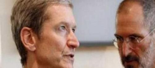 Tim Cook, attuale CEO di Apple, e Steve Jobs