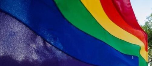 Le drapeau LGBT flottant au vent