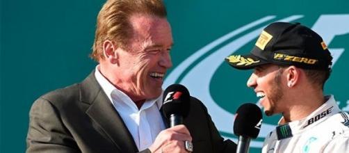 Schwarzenegger entrevista a Hamilton en el podio