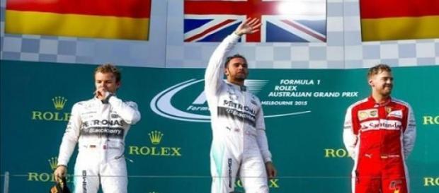 Hamilton celebrando la victoria en Australia