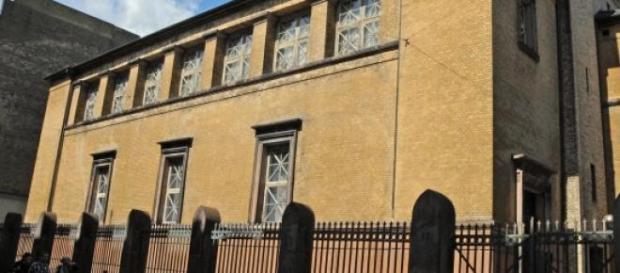 La chaìne humaine a entouré la synagogue.